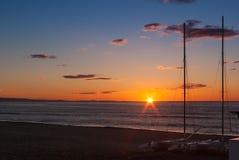 Sonnenaufgang auf dem Strand mit zwei Katamarann angeschwemmt auf dem Ufer in Mojacar Almeria lizenzfreies stockbild