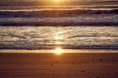 Sonnenaufgang auf dem Strand lizenzfreies stockbild