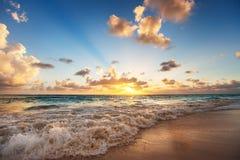 Sonnenaufgang auf dem Strand von karibischem Meer Stockfotografie