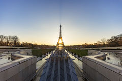 Sonnenaufgang auf dem Trocadero-Brunnen Wasserstrahl Stockfoto