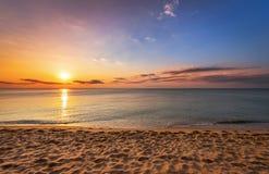 Sonnenaufgang auf dem tropischen Strand Lizenzfreies Stockfoto