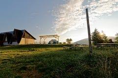 Sonnenaufgang auf den Berg, Schutz und Zelt im Hintergrund Platz für das Kampieren Stockbilder