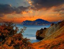 Sonnenaufgang auf den Steigungen der Bucht Provato, Krim Stockfotos