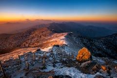 Sonnenaufgang auf Deogyusan-Bergen bedeckt mit Schnee im Winter, Korea Stockfoto