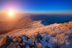 Sonnenaufgang auf Deogyusan-Bergen bedeckt mit Schnee im Winter, Korea Stockfotografie