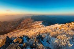Sonnenaufgang auf Deogyusan-Bergen bedeckt mit Schnee im Winter, Südkorea Lizenzfreies Stockfoto