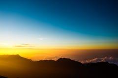 Sonnenaufgang auf der des Berg-Adams Spitze Sri Lanka Lizenzfreie Stockbilder