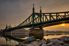 Sonnenaufgang auf der Donau mit der Ansicht über Freiheitsbrücke Lizenzfreie Stockfotografie
