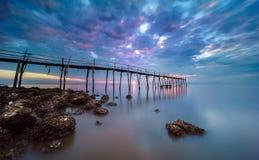Sonnenaufgang auf der Holzbrücke Lizenzfreies Stockbild