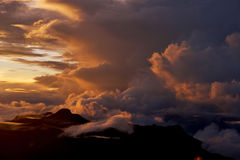 Sonnenaufgang auf die Oberseite des Bergs Adam Peak Steigen der Sonne auf SriPada Sri Lanka Der Berg von Schmetterlingen Hintergr Lizenzfreie Stockfotografie