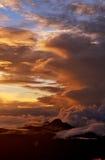 Sonnenaufgang auf die Oberseite des Bergs Adam Peak Steigen der Sonne auf SriPada Sri Lanka Der Berg von Schmetterlingen Hintergr Lizenzfreies Stockbild