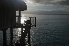 Sonnenaufgang auf einem overwater Bungalow. Moorea, Französisch-Polynesien Stockbilder
