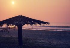 Sonnenaufgang auf einem Ozeanstrand Stockfotos