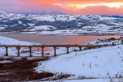 Sonnenaufgang auf einem See mit roten Wolken Lizenzfreies Stockfoto