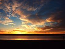 Sonnenaufgang auf einem Strand Stockbilder