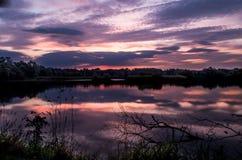 Sonnenaufgang auf einem Teich stockfotos