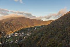 Sonnenaufgang auf einer kleinen alten Stadt auf Berg Strega im Herbst, blauer Himmel Stockfotos