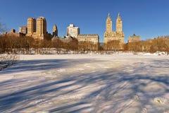 Sonnenaufgang auf gefrorenem See im Central Park, New York City Lizenzfreies Stockfoto