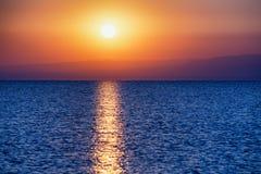 Sonnenaufgang auf großem See lizenzfreie stockfotos