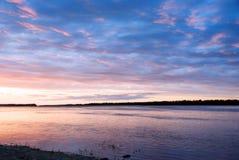 Sonnenaufgang auf Hintergrund von Fluss. lizenzfreie stockfotos