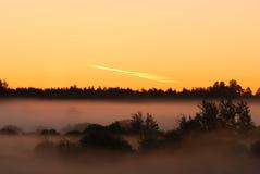 Sonnenaufgang auf nebeligem Morgen stockbilder