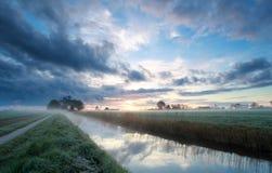 Sonnenaufgang auf niederländischem Ackerland im Sommer Lizenzfreie Stockfotos