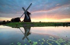 Sonnenaufgang auf niederländischem Ackerland mit Windmühle Lizenzfreies Stockfoto
