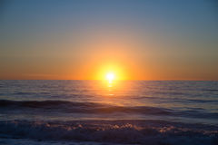 Sonnenaufgang auf Ozean an der Horizont-Linie Lizenzfreie Stockbilder