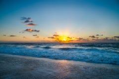 Sonnenaufgang auf Ozean an der Horizont-Linie Stockbild