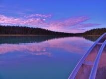 Sonnenaufgang auf ruhigem Wasser Lizenzfreie Stockfotos