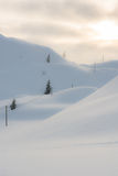 Sonnenaufgang auf schneebedeckte Flächen und Strompfosten Stockbild