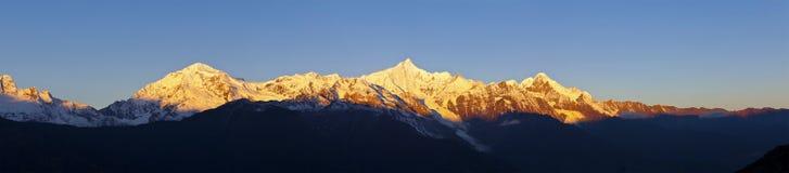 Sonnenaufgang auf Schneebergen in China stockfotos
