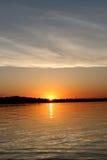 Sonnenaufgang auf See Stockbild