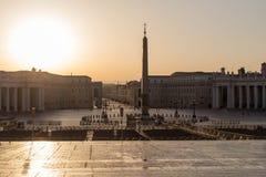 Sonnenaufgang auf St Peter Quadrat in Vatikan lizenzfreie stockfotografie