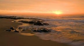 Sonnenaufgang auf weichem Wasser stockbild