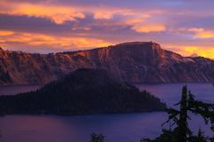 Sonnenaufgang auf Zauberer-Insel am Crater See, Oregon stockfotos