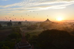 Sonnenaufgang in Bagan, an Shwesandaw-Pagode Stockfotos