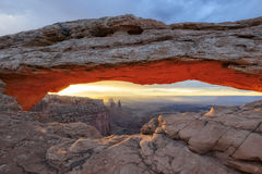 Sonnenaufgang bei ikonenhaftem Mesa Arch in Nationalpark Canyonlands Stockfoto