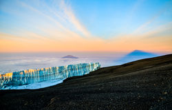 Sonnenaufgang bei Kilimanjaro mit Gletscher - Tansania, Afrika Stockfotos