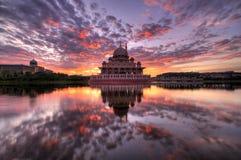 Sonnenaufgang bei Masjid Putra, Putrajaya, Malaysia Stockfoto