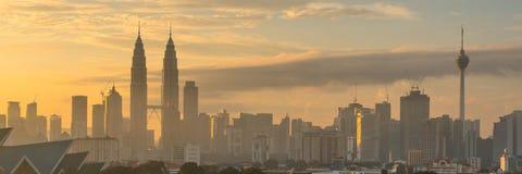 Sonnenaufgang bei Petronas-Twin Towern und Kuala Lumpur Tower Stockfotografie