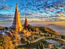Sonnenaufgang bei Phra Mahathat Napamathanidol u. bei Phra Mahathat Napaphol Phumsiri stockbild