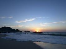 Sonnenaufgang bei Ras Madrakah lizenzfreie stockfotos