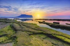 Sonnenaufgang bei Seongsan Ilchulbong, Jeju-Insel, Südkorea lizenzfreie stockfotos