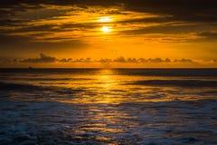 Sonnenaufgang über dem Atlantik im Unsinnigkeits-Strand, South Carolina Stockbild
