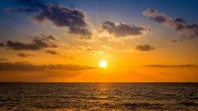 Sonnenaufgang über karibischem Meer Stockfotos
