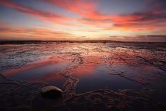 Sonnenaufgang über langem Riff bei Ebbe mit reflectins Stockfotos