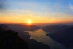 Sonnenaufgang am Bergblickpunkt Lizenzfreie Stockbilder