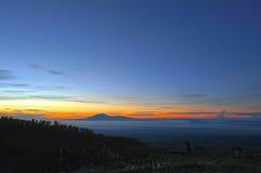 Sonnenaufgang-Berglandschaft von Berg Lawu-Vulkan vom Berg Merbabu Basecamp. Lizenzfreie Stockbilder