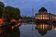 Sonnenaufgang in Berlin mit der berühmten Museumsinsel und dem Fernsehturm stockbilder